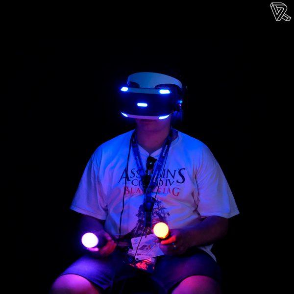 jugando con la Sony PlayStation VR